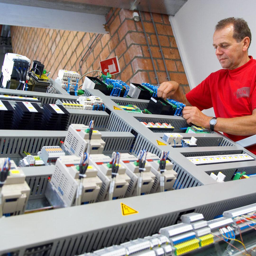 De productie en panelenbouw van onze kasten vindt volledig op eigen werkvloer plaats